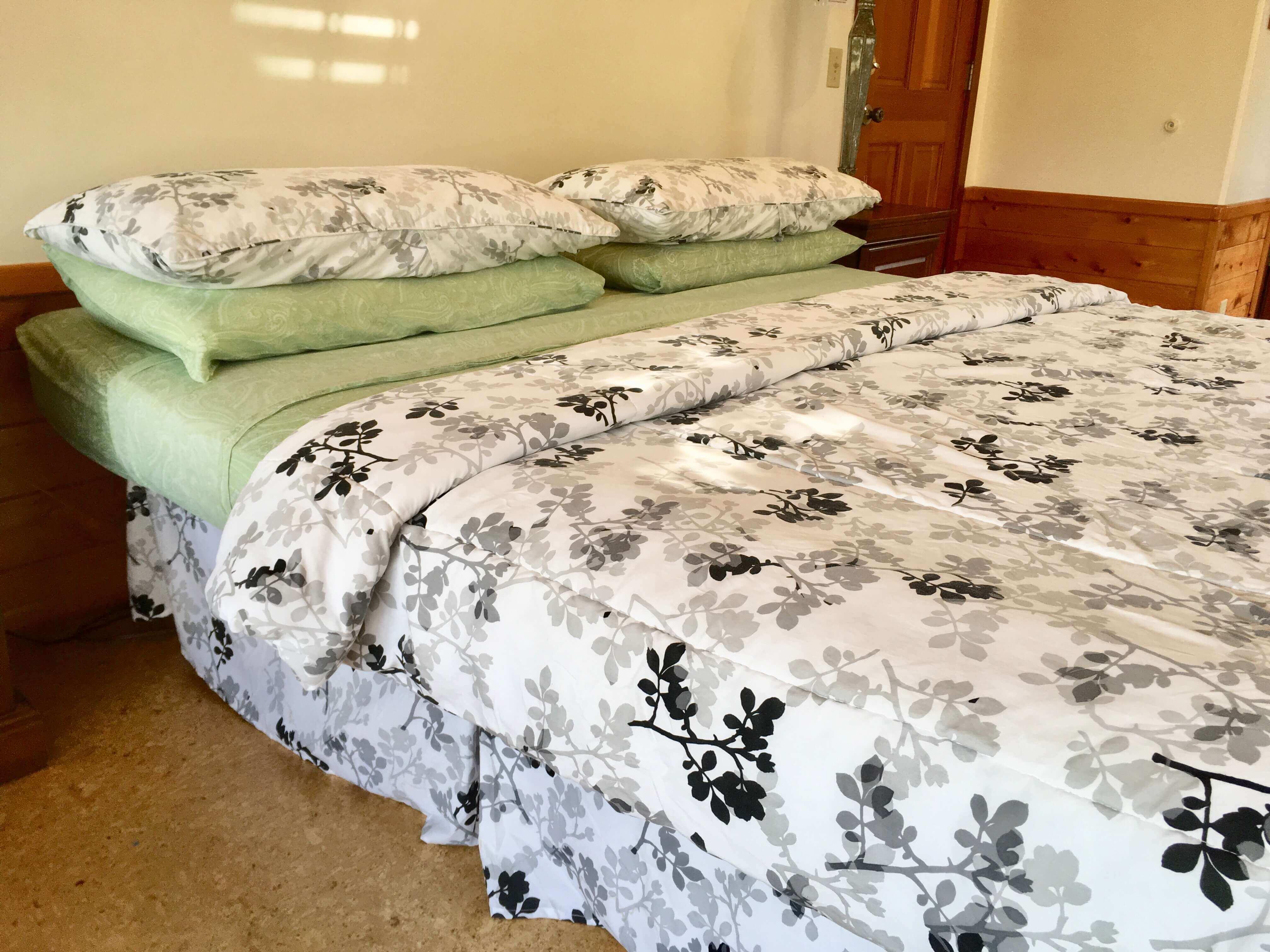 volcano lodge- volcano inn - loa bed